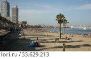 Crowded beach in Barcelona seaside, Spain (2019 год). Редакционное видео, видеограф Яков Филимонов / Фотобанк Лори