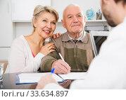 couple signing papers in bank. Стоковое фото, фотограф Яков Филимонов / Фотобанк Лори