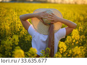 Купить «Девушка в соломенной шляпке в поле рапса», фото № 33635677, снято 25 апреля 2020 г. (c) Марина Володько / Фотобанк Лори