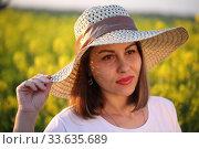 Купить «Девушка в поле в соломенной шляпке», фото № 33635689, снято 25 апреля 2020 г. (c) Марина Володько / Фотобанк Лори