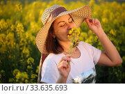 Купить «Девушка в поле в соломенной шляпке», фото № 33635693, снято 25 апреля 2020 г. (c) Марина Володько / Фотобанк Лори