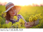 Купить «Девушка в поле в соломенной шляпке», фото № 33635721, снято 25 апреля 2020 г. (c) Марина Володько / Фотобанк Лори