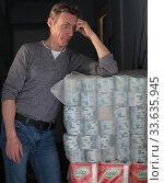 Купить «Мужчина удивленно смотрит на упаковки туалетной бумаги», эксклюзивное фото № 33635945, снято 26 апреля 2020 г. (c) Дмитрий Неумоин / Фотобанк Лори