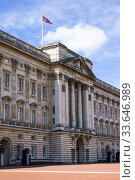 Купить «Foot guards Buckingham Palace London England United Kingdom Capital River Thames UK Europe EU.», фото № 33646989, снято 10 мая 2019 г. (c) age Fotostock / Фотобанк Лори