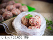 frozen raw meatballs from beef and pork with carrots and rice. Стоковое фото, фотограф Peredniankina / Фотобанк Лори