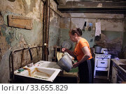 Купить «Балашиха, жилищные условия коммунального дома, посёлок Орджоникидзе», эксклюзивное фото № 33655829, снято 21 июня 2007 г. (c) Дмитрий Неумоин / Фотобанк Лори