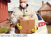 elderly male volunteer delivers food to village. Стоковое фото, фотограф Дарья Филимонова / Фотобанк Лори