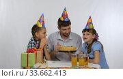 Дети и папа весело кусают праздничный торт. Стоковое видео, видеограф Иванов Алексей / Фотобанк Лори