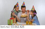 Дети устроили сюрприз для папы и подарили торт. Стоковое видео, видеограф Иванов Алексей / Фотобанк Лори