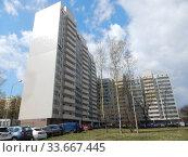 Купить «Шестнадцатиэтажный шестиподъездный монолитно-кирпичный жилой дом, построен в 2013 году. 13-я Парковая улица, 35. Район Северное Измайлово. Город Москва», эксклюзивное фото № 33667445, снято 29 апреля 2020 г. (c) lana1501 / Фотобанк Лори