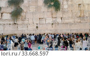 JERUSALEM, ISRAEL- SEPTEMBER, 19, 2016: women worshipers at the female only section of the wailing wall in jerusalem, israel. Стоковое фото, фотограф Zoonar.com/Christopher Bellette / age Fotostock / Фотобанк Лори