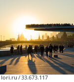 The floating bridge and Moscow Kremlin at sunset (2017 год). Редакционное фото, фотограф Алеся Дмитриенко / Фотобанк Лори