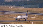 Купить «Lufthansa Airbus 320 taxiing», видеоролик № 33679889, снято 19 июля 2017 г. (c) Игорь Жоров / Фотобанк Лори
