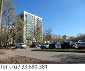 Купить «Двенадцатиэтажный одноподъездный блочный жилой дом серии II-18-01/12, построен в 1969 году. Байкальская улица, 45. Район Гольяново. Город Москва», эксклюзивное фото № 33680381, снято 1 мая 2020 г. (c) lana1501 / Фотобанк Лори