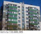 Купить «Двенадцатиэтажный одноподъездный блочный жилой дом серии II-18-01/12, построен в 1969 году. Байкальская улица, 45. Район Гольяново. Город Москва», эксклюзивное фото № 33680385, снято 1 мая 2020 г. (c) lana1501 / Фотобанк Лори