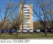 Девятиэтажный шестиподъездный панельный жилой дом серии II-49Д, 1976 года постройки. Новосибирская улица, 4. Район Гольяново. Город Москва. Редакционное фото, фотограф lana1501 / Фотобанк Лори