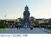 Памятник императрице Священной Римской империи Марии Терезии на площади Марии Терезии в Вене, Австрия (2018 год). Редакционное фото, фотограф Ольга Коцюба / Фотобанк Лори