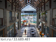Eden Island, Eden Plaza and marina, customers in upmarket shopping complex central courtyard Victoria, Mahé Island, Seychelles. Редакционное фото, фотограф Sergi Reboredo / age Fotostock / Фотобанк Лори