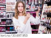 Girl holding eye shadows palette. Стоковое фото, фотограф Яков Филимонов / Фотобанк Лори