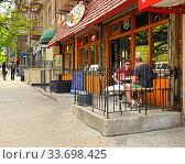 Upper Manhattan in New York City. Cafe Visitors on Broadway. New York City, US (2019 год). Редакционное фото, фотограф Валерия Попова / Фотобанк Лори