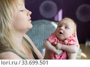 Купить «Молодая мама играет со своим ребенком. Потешки», фото № 33699501, снято 22 марта 2020 г. (c) Наталья Гармашева / Фотобанк Лори