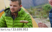 Caucasian couple eating in nature. Стоковое видео, агентство Wavebreak Media / Фотобанк Лори