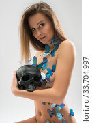 Купить «Pretty nude blonde with skull shot», фото № 33704997, снято 10 апреля 2020 г. (c) Гурьянов Андрей / Фотобанк Лори