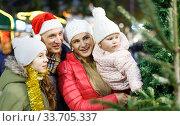 Happy family choosing Christmas tree. Стоковое фото, фотограф Яков Филимонов / Фотобанк Лори