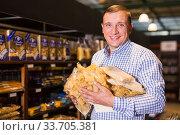 Купить «Man chooses pasta on store shelves», фото № 33705381, снято 9 октября 2019 г. (c) Яков Филимонов / Фотобанк Лори