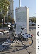 Купить «Велосипед для прогулок стоит на парковке рядом с картой города», фото № 33706325, снято 3 сентября 2019 г. (c) Юлия Юриева / Фотобанк Лори