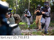 Купить «People in full gear playing paintball», фото № 33710813, снято 25 мая 2020 г. (c) Яков Филимонов / Фотобанк Лори