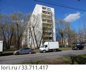 Купить «Девятиэтажный шестиподъездный панельный жилой дом серии II-49П, построен в 1973 году. Алтайская улица, 31. Район Гольяново. Город Москва», эксклюзивное фото № 33711417, снято 26 апреля 2020 г. (c) lana1501 / Фотобанк Лори