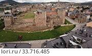 Aerial panoramic view of small Spanish city of Ponferrada overlooking ancient Templar castle (2019 год). Стоковое видео, видеограф Яков Филимонов / Фотобанк Лори