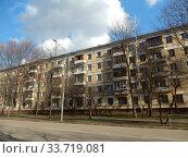 Купить «Пятиэтажный четырехподъездный блочный жилой дом серии I-510, построен в 1960 году. 3-я Парковая улица, 52, корпус 1. Район Северное Измайлово. Город Москва», эксклюзивное фото № 33719081, снято 21 февраля 2020 г. (c) lana1501 / Фотобанк Лори