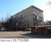 Пятиэтажный четырёхподъездный кирпичный жилой дом серии II-03 (построен в 1958 году). 3-я Парковая улица, 39, корпус 1. Район Измайлово. Город Москва. Редакционное фото, фотограф lana1501 / Фотобанк Лори