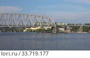 Пригородный поезд проходит по железнодорожному мосту. Савонлинна, Финляндия (2018 год). Редакционное видео, видеограф Виктор Карасев / Фотобанк Лори