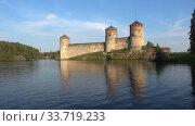 Вид на старинную крепость Олавинлинна (Олафсборг) июльским днем. Савонлинна, Финляндия (2018 год). Стоковое видео, видеограф Виктор Карасев / Фотобанк Лори