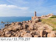 Перрос-Гирек (Perros-Guirec), Франция. Живописный вид с маяком Мен-Руз (Mean Ruz or Ploumanac'h) на Берегу розового гранита (Pink Granite Coast) (2017 год). Редакционное фото, фотограф Rokhin Valery / Фотобанк Лори