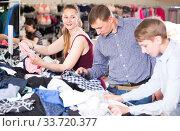 Couple with their son in an underwear store. Стоковое фото, фотограф Яков Филимонов / Фотобанк Лори