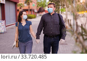 Couple in medical masks walking. Стоковое фото, фотограф Яков Филимонов / Фотобанк Лори