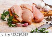 Купить «Raw uncooked chicken breast fillet with garlic and greens», фото № 33720629, снято 13 июля 2020 г. (c) Яков Филимонов / Фотобанк Лори