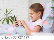 Девочка набирает сообщение в мобильном телефоне. Стоковое фото, фотограф Иванов Алексей / Фотобанк Лори
