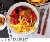 Купить «Dish of Spanish cuisine – pork cheeks with potatoes fri and stew vegetables», фото № 33738997, снято 5 июля 2020 г. (c) Яков Филимонов / Фотобанк Лори