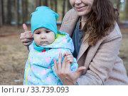 Купить «Mother holding hands of toddler baby while child trying to stand by himself», фото № 33739093, снято 7 мая 2020 г. (c) Кекяляйнен Андрей / Фотобанк Лори