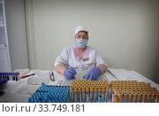 Купить «Балашиха, медицинская сестра по забору крови в дни самоизоляции при коронавирусной инфекции COVID-19,», эксклюзивное фото № 33749181, снято 14 мая 2020 г. (c) Дмитрий Неумоин / Фотобанк Лори
