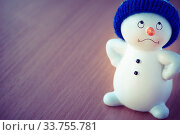 Купить «Happy Cute Snowman on Wooden Table, Christmas and New Year Greeting Cards, Christmas Gift Tag, Merry Christmas! Cheerful Christmas Toy Snowman on a Wooden Background», фото № 33755781, снято 5 августа 2020 г. (c) age Fotostock / Фотобанк Лори