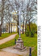 Купить «Памятный крест на месте бывшей церкви Святой Параскевы Пятницы, снесена в 1936 г. Шоссе Революции, 71. Санкт-Петербург», фото № 33757705, снято 7 мая 2020 г. (c) Сергей Афанасьев / Фотобанк Лори