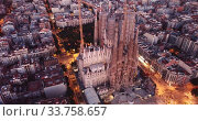 Night aerial cityscape of Barcelona with Sagrada Familia designed by Anthony Gaudi (2019 год). Стоковое видео, видеограф Яков Филимонов / Фотобанк Лори