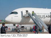 Купить «Широкофюзеляжный пассажирский двухдвигательный самолёт Airbus A350-900 XWB с регистрационным номером F-WCF на Международном авиасалоне МАКС в Жуковском, Россия, вид слева», фото № 33759557, снято 29 августа 2019 г. (c) Малышев Андрей / Фотобанк Лори
