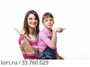 Девушка радостно показывает пальцем в одну сторону, девочка грустно в другую. Стоковое фото, фотограф Иванов Алексей / Фотобанк Лори